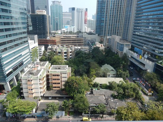 Grande Centre Point Hotel Ploenchit : view looking down from balcony
