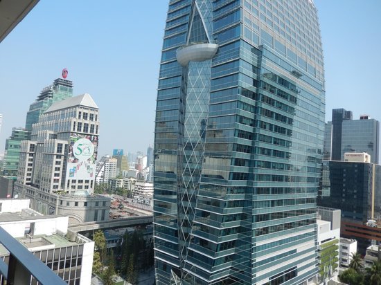 Grande Centre Point Hotel Ploenchit : Building across the street with sky train track in middle forground