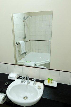Barkly Motorlodge : Superior Spa Bathroom