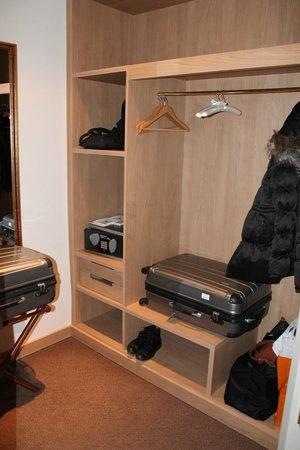 El Palace Hotel: Junior suite Wardrobe