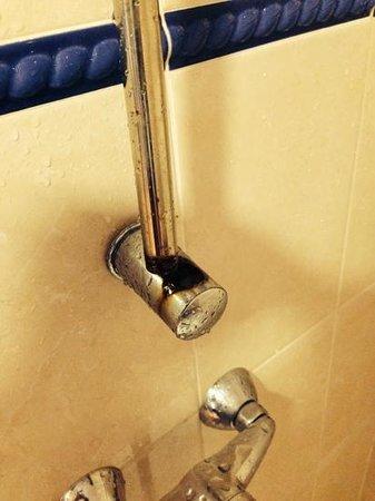 Tabaiba Centre Apartments : broken shower