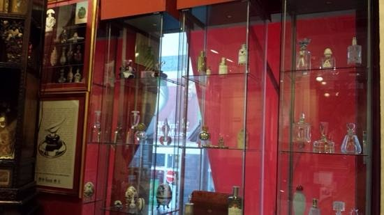 Fragrance Museum Farina-House: cologne bottoles