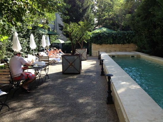 Hotel Particulier : courtyard/pool area