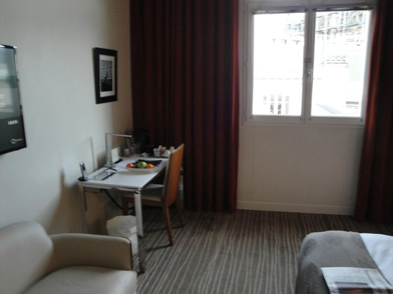 InterContinental Paris-Avenue Marceau: desk now against wall next to sofa