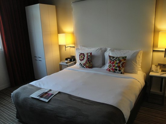 InterContinental Paris-Avenue Marceau: bed (note closet turned 90 degrees)