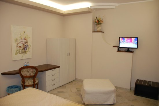 La Rocca Residence : La Rocca: room with desk and TV
