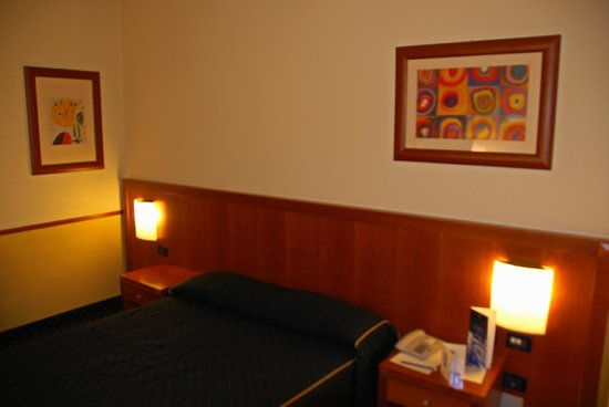 Pacific Hotel Fortino: room with bed