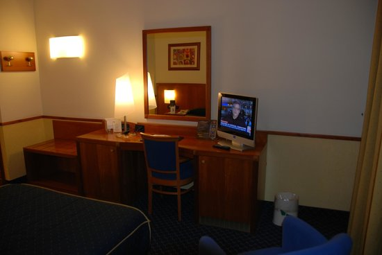 Pacific Hotel Fortino: room with desk and TV