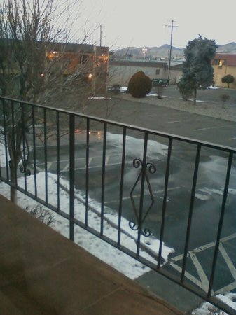 Cimarron Inn Klamath Falls: They kept walkways salted for visitor safety due to ice.