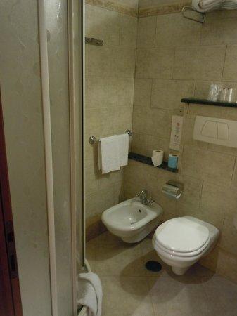 Hotel des Artistes: bathroom