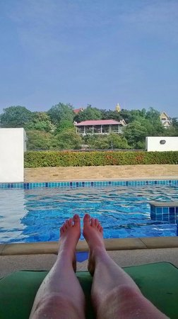 Tara Court Hotel: View of big budda from the pool