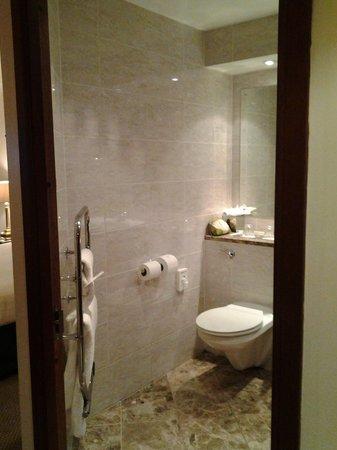 Macdonald Holyrood Hotel: Bathroom - with heated towel rail