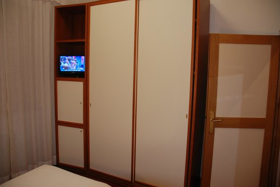 Grand Hotel Milano: room with large cupboards and TV