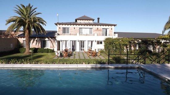 Dolores, Uruguay: Vista del hotel desde la piscina.