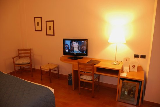 Hotel Dei Duchi:room with desk and TV