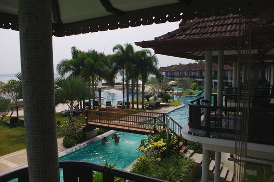 Ramada Resort Cochin: View from to pool area from inside of poolside villa