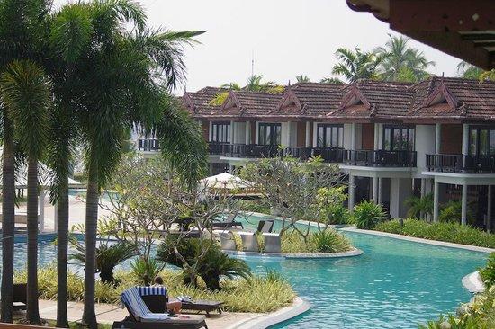 Ramada Resort Cochin: Pool area