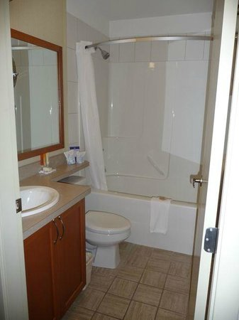 Best Western Plus Chemainus Inn: one-bedroom, single queen suite with kitchenette