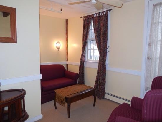 Hudson House Inn: seating area room 4 2nd fl