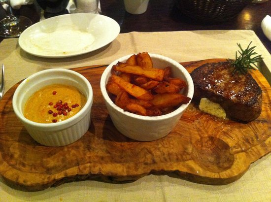 Restaurant Amfora: Beef steak with hand cut fries and pepper sauce - delicious!