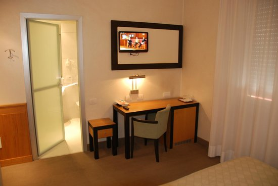 Hotel Daniel: room with desk and TV
