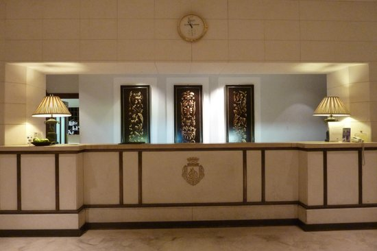 Mercure Catania Excelsior: Front desk
