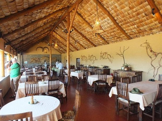 Ndutu Safari Lodge: Dining area open to the breeze.