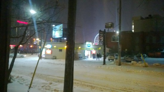 Clifton Victoria Inn at the Falls: Convenience store across the street the night of heavy snow