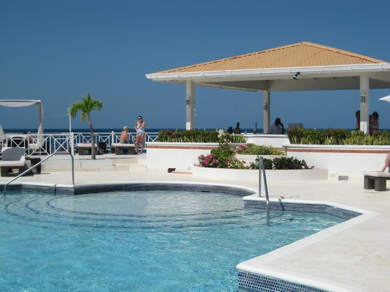 Grenadian by Rex Resorts : Resort Pool area with view at the ocean