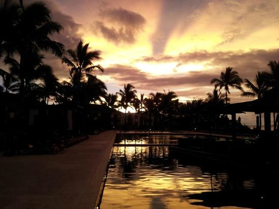 Hilton Fiji Beach Resort & Spa: sunset over the pools