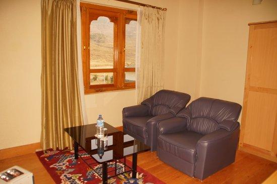 Hotel Pema Karpo: Sitting area in room