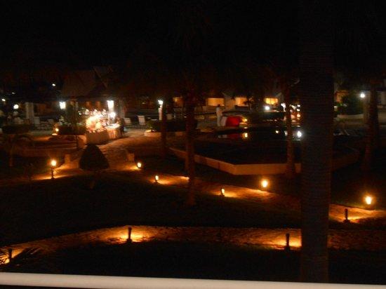 Ocean Spa Hotel: Área da piscina à noite