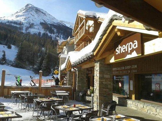 Les Alpages de Val Cenis: Le petit centre commercial et le départ des cours ESF, à 100 mètres de la résidence
