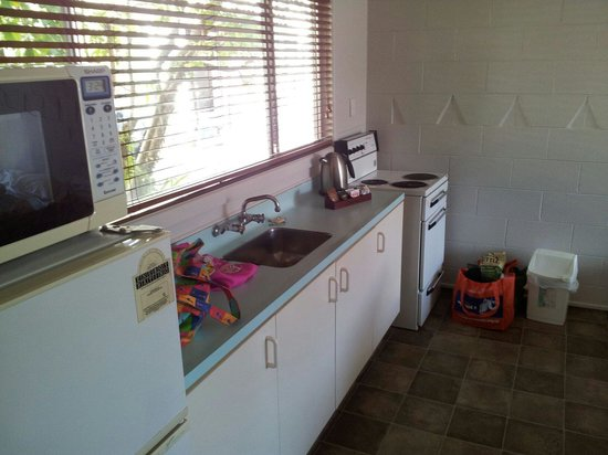 Absolute Lake View Motel: Kitchen