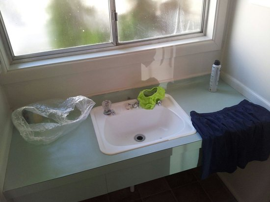 Absolute Lake View Motel: Bathroom sink