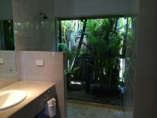 Wananavu Beach Resort: shower