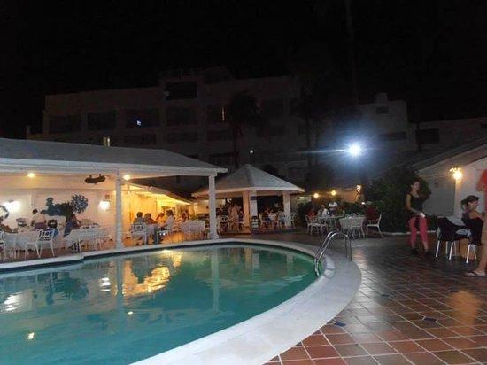 Hotel Casablanca: Piscina y restaurante en la noche