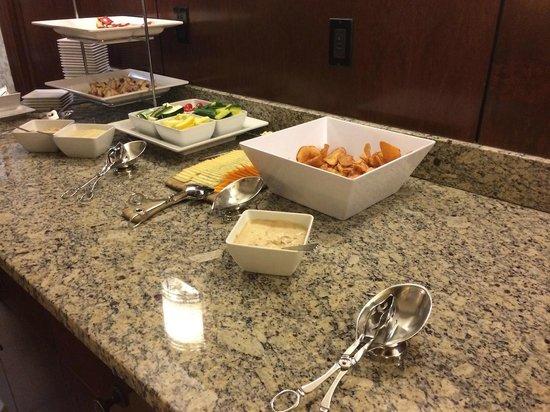 Coralville Marriott Hotel & Conference Center: Concierge Evening snacks