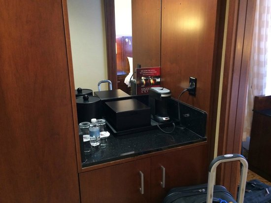 Coralville Marriott Hotel & Conference Center: Coffee and Mini Fridge Area