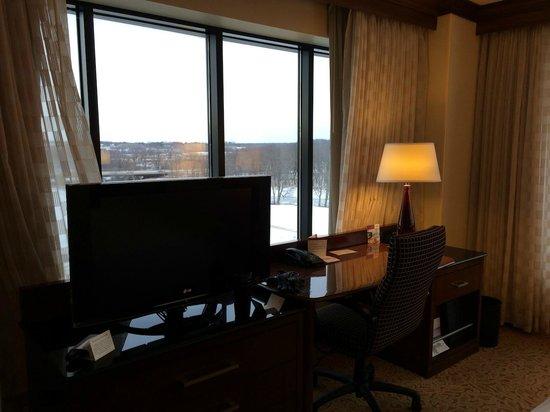 Coralville Marriott Hotel & Conference Center: TV Work Desk