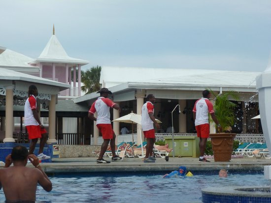 Hotel Riu Palace Tropical Bay: entertainment staff at pool