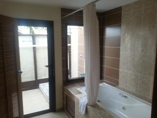 Melia Buenavista: Jacuzzu tub indoors, shower outdoors....