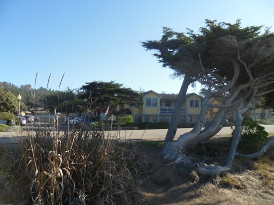 FogCatcher Inn: View of the Inn from the walkway at the beach.
