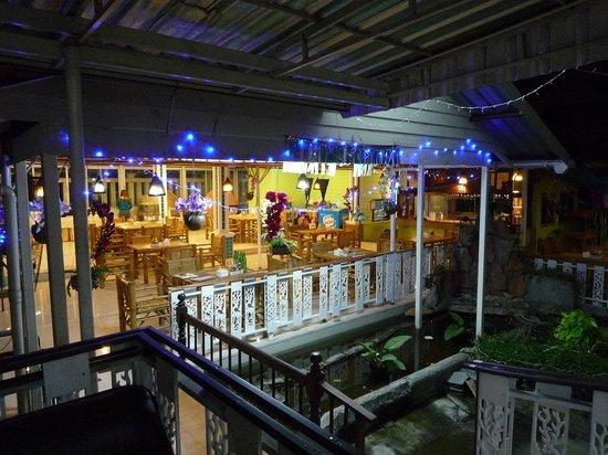Convenient Resort: エントランス脇にあるレストラン、深夜でもオープン