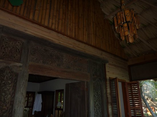 Turtle Inn : Screened in porch, beautiful chandelier and construction