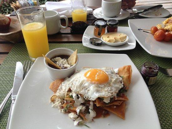 Le Reve Hotel & Spa: Chilaquiles Rojo con Huevo