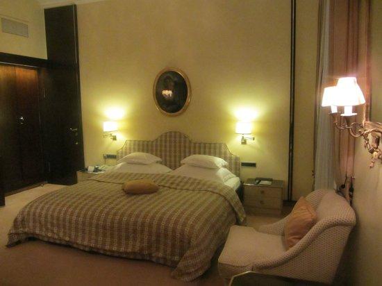 Bayerischer Hof Hotel: Bett