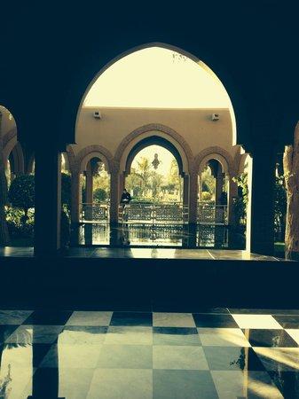 Pullman Marrakech Palmeraie Resort and Spa : fontaine et jardins à l'entrée