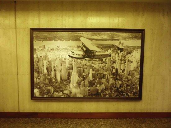 Hyatt Regency Los Angeles International Airport: Print in Lobby