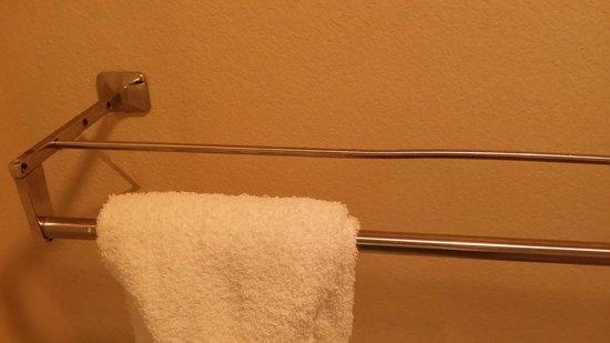 Scottish Inns & Suites Kemah : Bathroom towel rack rusty and bent